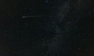 Perseiden-Meteor vor Milchstraße
