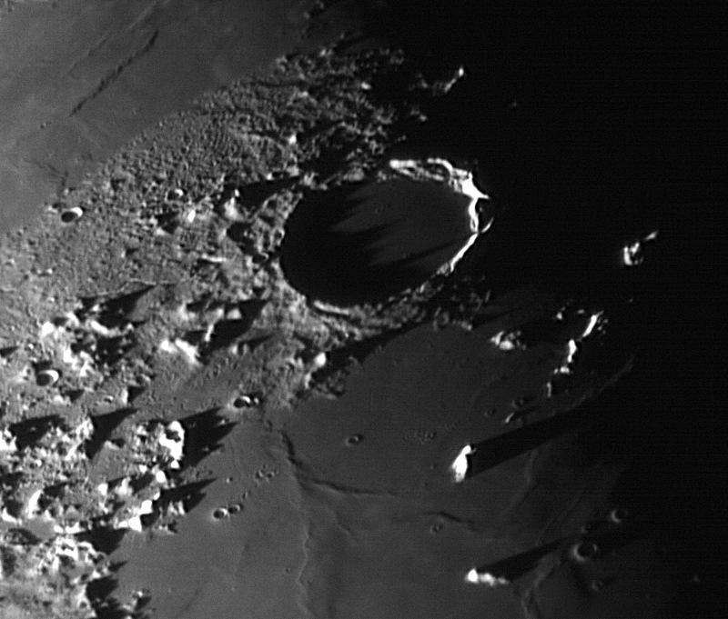 Mond: Krater / Wallebene Plato mit Schattenwurf