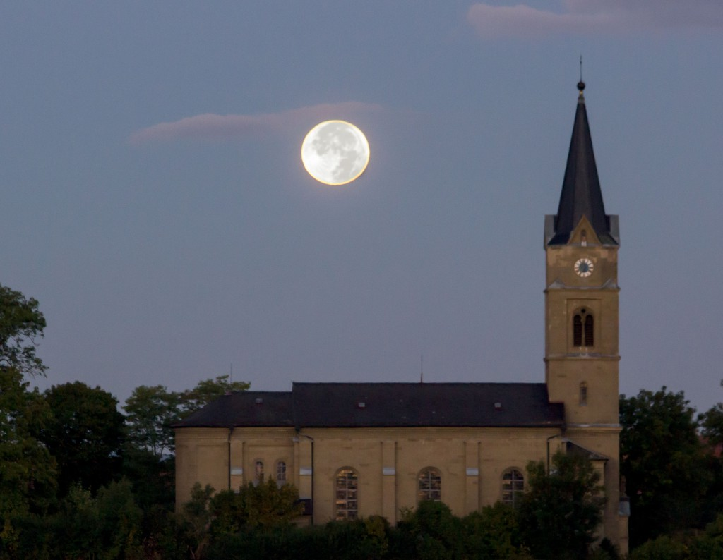 Mond über der Ullstädter Kirche